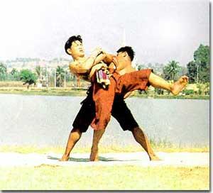 ขุนยักษ์พานางท่ามวยไทย ใช้แหวกหมัดแล้วทุ่มคู่ต่อสู้