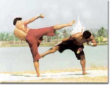 นาคามุดบาดาล ท่ามวยไทย ใช้ก้มตัวหลบแล้วลอดขาถีบขาพับคู่ต่อสู้