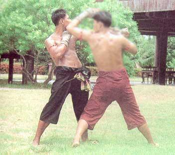 ฝานลูกบวบ ท่ามวยไทยที่ใช้หลบเข้าวงในศอกตรงหน้าคู่ต่อสู้