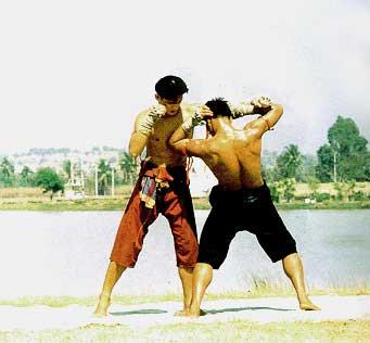สักพวงมาลัย ท่ามวยไทยที่ใช้หลบวงใน แทงศอกที่หน้าอกคู่ต่อสู้