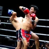 หิรัญม้วนแผ่นดิน ท่ามวยไทย ใช้รับเตะคู่ต่อสู้และม้วนแทงศอกกลับ